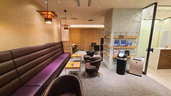 JCB Lounge 京都(JCBラウンジ京都)の雰囲気(出入口から奥に向かって撮影)