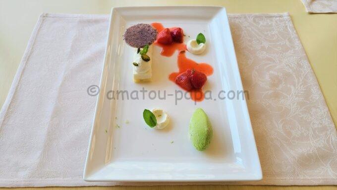 ベッラヴィスタ・ラウンジのランチコース「リコッタムース 苺のコンフェットゥーラとピスタチオアイス」