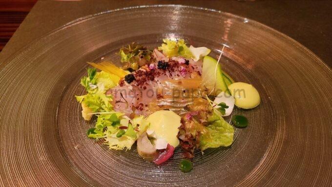 カンナのグレイシャスブルーム「スマックでマリネした金目鯛 長葱エスプーマとヤーコンのサラダ」