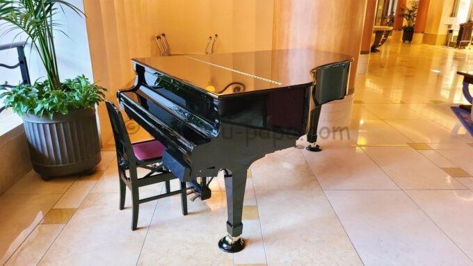 ディズニーアンバサダーホテルのロビーラウンジにあるピアノ