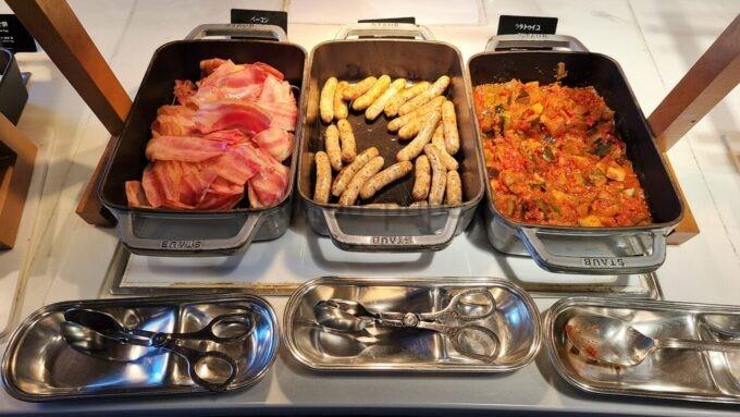 ヒルトン東京ベイのザ・スクエアでの朝食(ベーコン、ソーセージ、ラタトゥイユ)