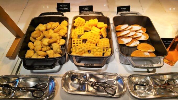 ヒルトン東京ベイのザ・スクエアでの朝食(チキンナゲット、ワッフルポテト、パンケーキ)