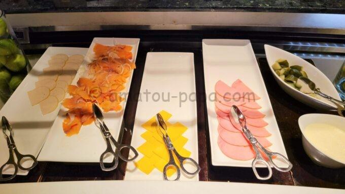 ヒルトン東京ベイのザ・スクエアでの朝食(ハム、サーモン、チーズ)