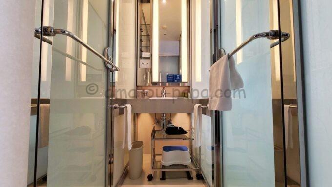 ヒルトン東京ベイのセレブリオセレクトの各ドアを閉めた時の洗面所(バスルーム)