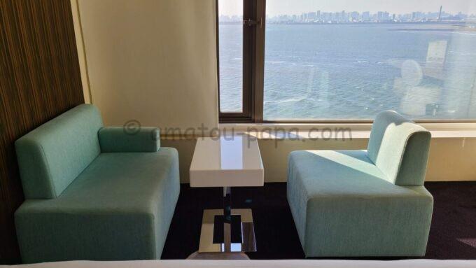 ヒルトン東京ベイのセレブリオセレクトのソファとテーブル