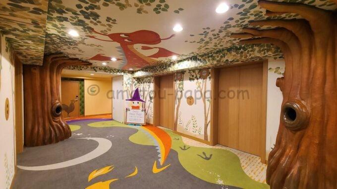 ヒルトン東京ベイのファミリーハッピーマジックフロアのエレベーターホール(ドラゴン)