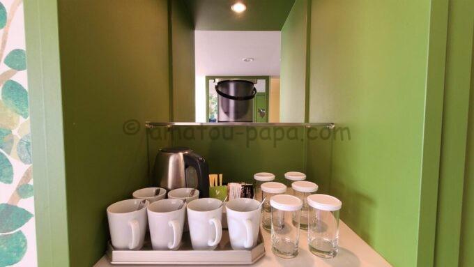 ヒルトン東京ベイのファミリーハッピーマジックルームのコップ、グラス、瞬間湯沸かし器