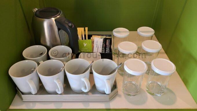 ヒルトン東京ベイのファミリーハッピーマジックルームのコップ、グラス、瞬間湯沸かし器、コーヒー、お茶