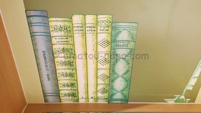 ヒルトン東京ベイのファミリーハッピーマジックルームにある壁紙の本棚の仕掛け