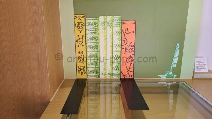 ヒルトン東京ベイのファミリーハッピーマジックルームにある壁紙の本棚の仕掛け(マグネット)