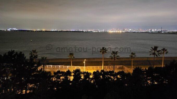 ヒルトン東京ベイのファミリーハッピーマジックルームからの海側の夜景(東京ゲートブリッジ・東京タワー方面)