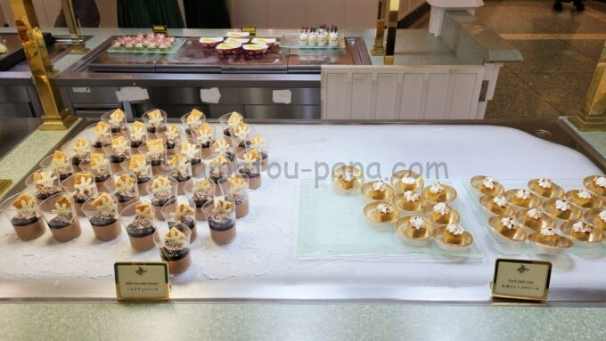 クリスタルパレス・レストランのミルクチョコムースと紅茶とリンゴのケーキ