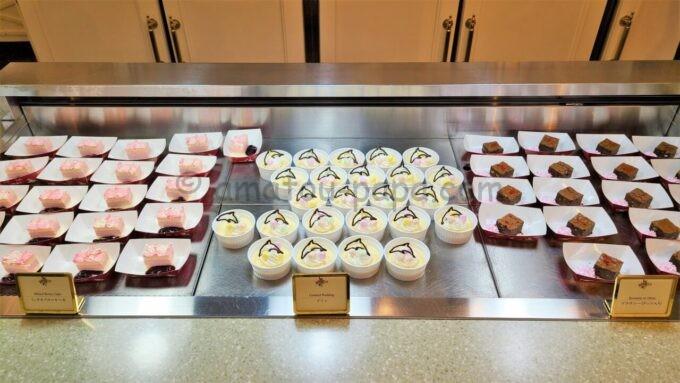 クリスタルパレス・レストランのミックスベリーケーキとプリンとブラウニー(ナッツ入り)