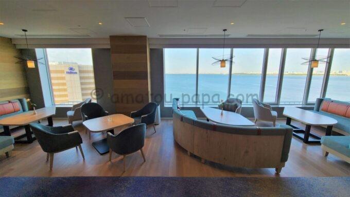グランドニッコー東京ベイ 舞浜のニッコーラウンジのソファー席とテーブル席(モーニングタイム)