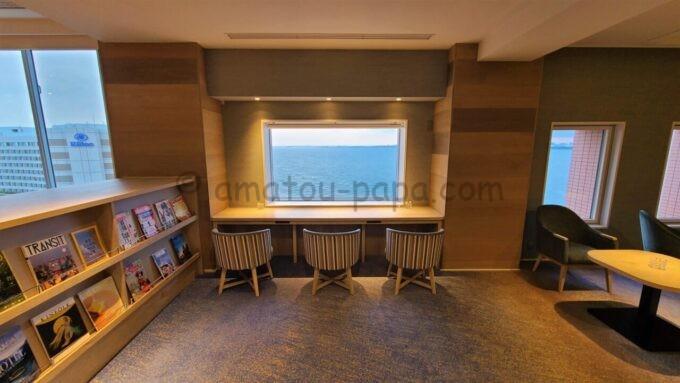 グランドニッコー東京ベイ 舞浜のニッコーラウンジの窓際のテーブル席