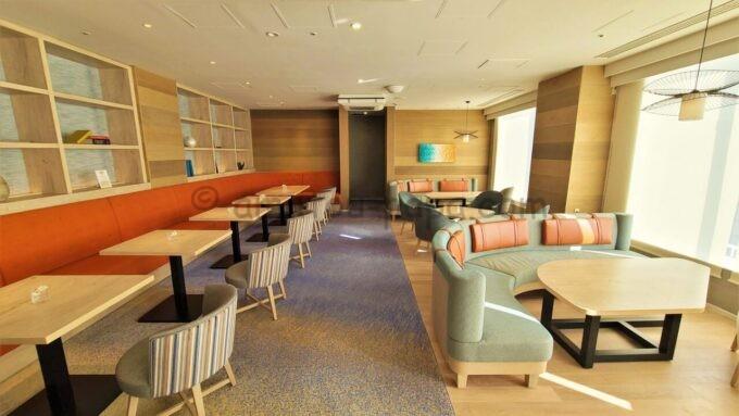 グランドニッコー東京ベイ 舞浜のニッコーラウンジのソファー席とテーブル席(ティータイム)