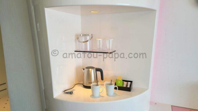 ヒルトン東京ベイのセレブリオの瞬間湯沸かし器とコップとグラスとコーヒー