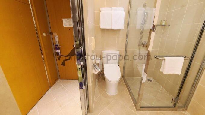 ヒルトン東京ベイ ハッピーマジックスイート(カップルズルーム)のトイレとシャワールーム