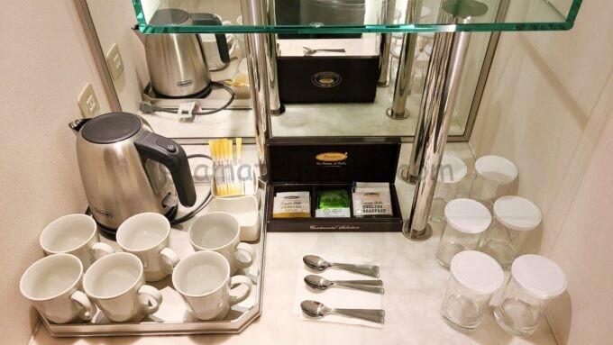 ヒルトン東京ベイ ハッピーマジックスイートにある電気ケトルとコップとグラス