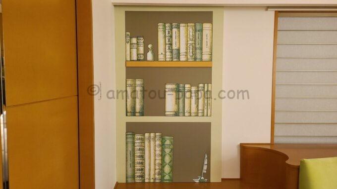 ヒルトン東京ベイ ハッピーマジックスイートにある壁紙の本棚の仕掛け