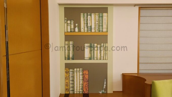 ヒルトン東京ベイ ハッピーマジックスイートにある壁紙の本棚の仕掛け(マグネット)