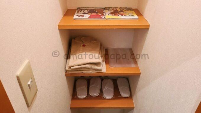 ヒルトン東京ベイ ハッピーマジックスイート(キッズルーム)にある絵本とパジャマとスリッパ