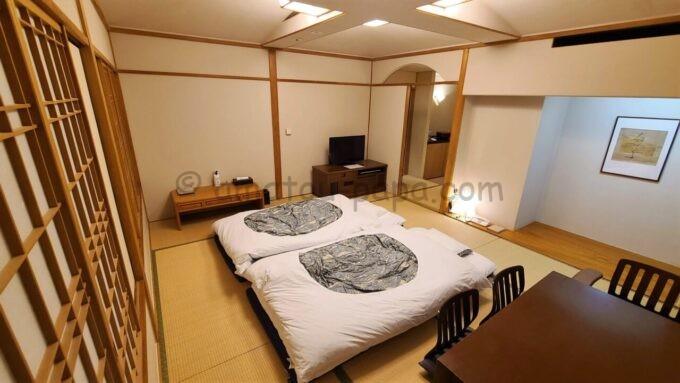 ホテルオークラ東京ベイの布団が敷かれた和室スイートルーム