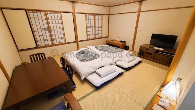 ホテルオークラ東京ベイの布団が敷かれた和室スイートルームの雰囲気