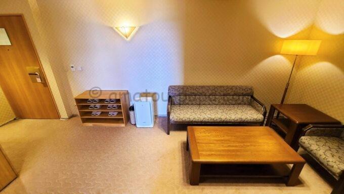 ホテルオークラ東京ベイの和室スイートルームの洋室にあるテーブルとソファー