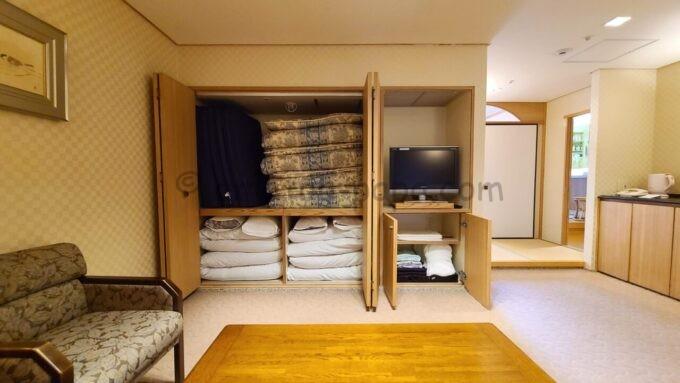 ホテルオークラ東京ベイの和室スイートルームの洋室に収納されている布団