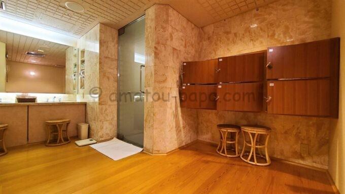 ホテルオークラ東京ベイの貸切風呂の脱衣所とロッカー