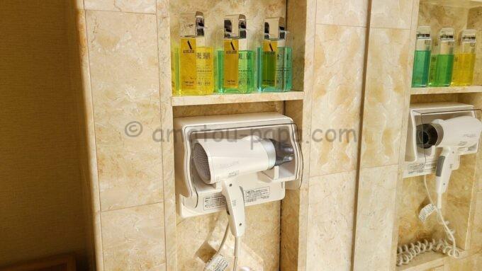 ホテルオークラ東京ベイの貸切風呂にあるドライヤーとメンズ化粧品
