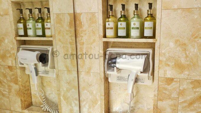ホテルオークラ東京ベイの貸切風呂にあるドライヤーと基礎化粧品