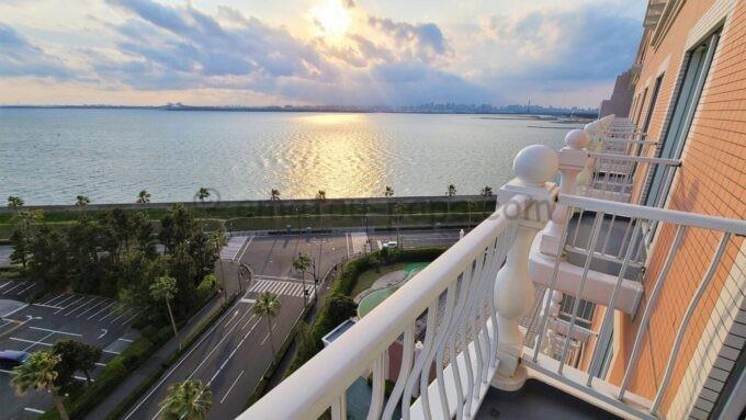 グランドニッコー東京ベイ舞浜のニッコーデラックスファミリールームから眺める夕景(東京湾、東京ゲートブリッジ方面)