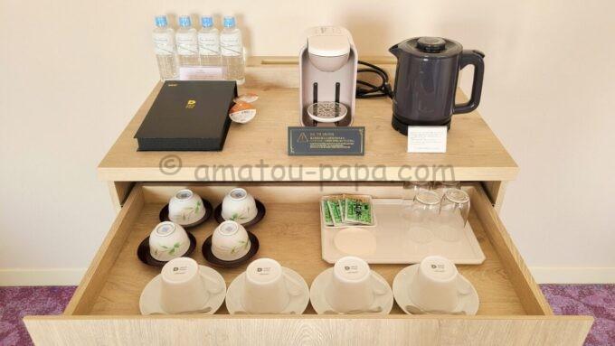 グランドニッコー東京ベイ舞浜のニッコーデラックスファミリールームのコーヒーメーカーとドリップポッド