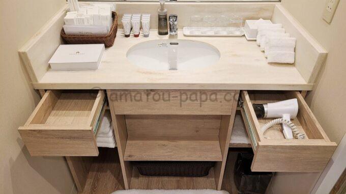 グランドニッコー東京ベイ舞浜のニッコーデラックスファミリールームのバスルームにある洗面台