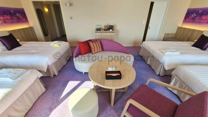 グランドニッコー東京ベイ舞浜のニッコーデラックスファミリールームのソファーとテーブル