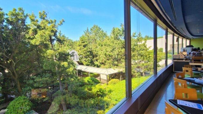 ヒルトン東京ベイの朝食での窓際席(庭園側)