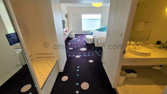 ヒルトン東京ベイのセレブリオスイート(ベッドルーム)の荷物置き場と洗面所