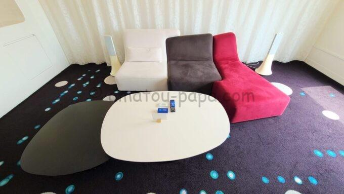 ヒルトン東京ベイのセレブリオスイート(リビングルーム)のソファーとテーブル