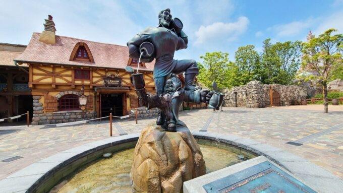 ラ・タベルヌ・ド・ガストン前の銅像と雰囲気