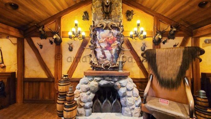 ラ・タベルヌ・ド・ガストンの店内にあるガストンの絵と椅子
