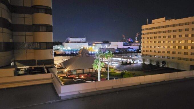 東京ベイ舞浜ホテル ファーストリゾートのキャッスルルーム・ワンダーからの夜景(中庭、東京ディズニーシー方面)