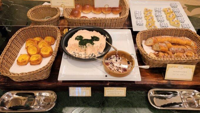 シャーウッドガーデン・レストランのオレンジデニッシュとパン・オ・ルヴァン、スモークサーモンスプレッド、ドライフルーツ&クリームチーズスプレッド