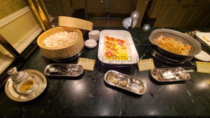 シャーウッドガーデン・レストランの点心、サーモンのローストブッタネスカソース、筑前煮