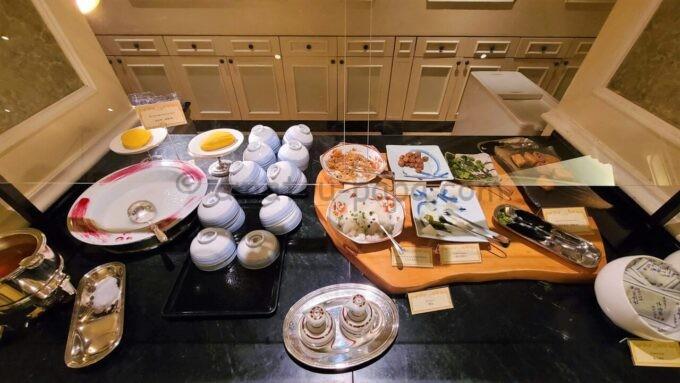 シャーウッドガーデン・レストランのおかゆと漬物(梅干しなど)