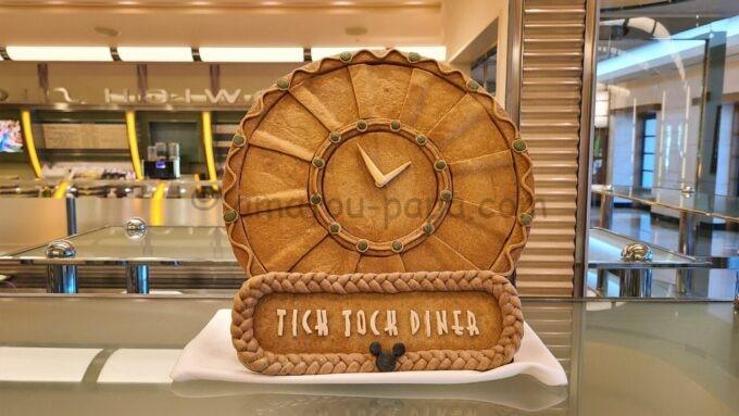チックタック・ダイナーに飾られてあるパンの形をした時計