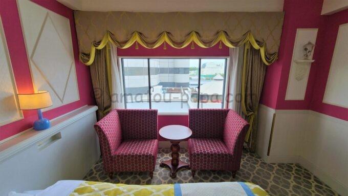 東京ベイ舞浜ホテル ファーストリゾートのキャッスルルーム・ワンダーのテーブルとソファ