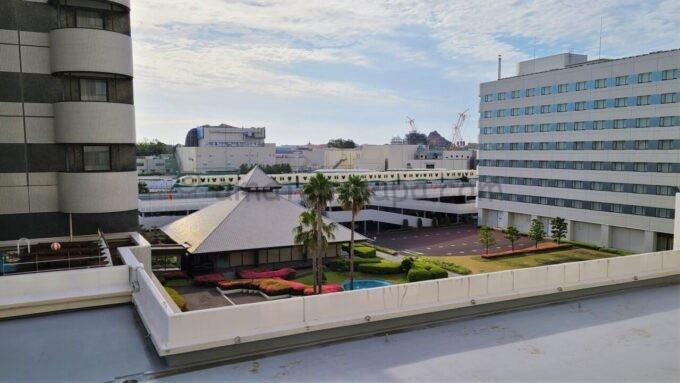東京ベイ舞浜ホテル ファーストリゾートのキャッスルルーム・ワンダーからの眺望(中庭、東京ディズニーシー方面)