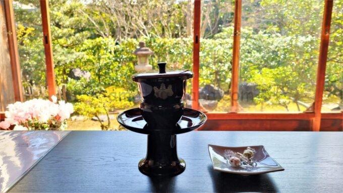 アメックの高台寺塔頭 圓徳院「京都特別観光ラウンジ」で提供された昆布茶(蓋あり)とお茶菓子と庭園